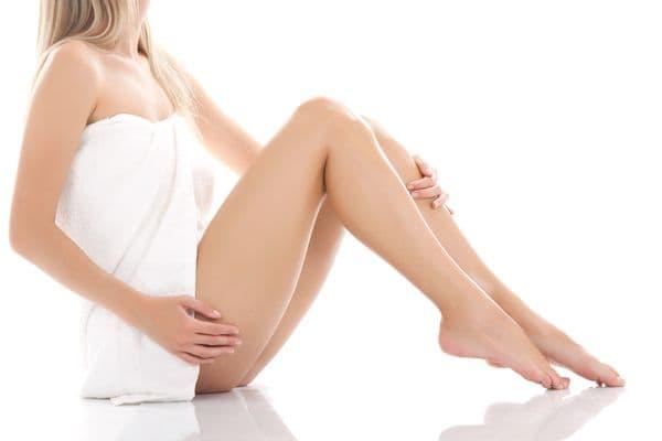Lézeres vagy IPL szőrtelenítő géppel nem nehéz a szőrtelen láb elérése
